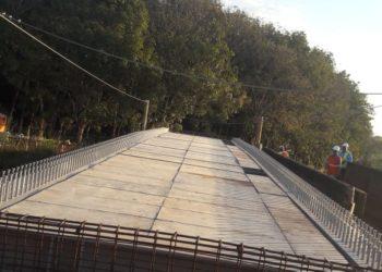 Ponte metálica sobre Ferrovia