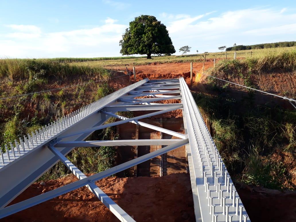 Ponte metálica sobre Ferrovia - Mectal
